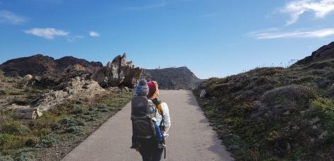 Noia fent senderisme pel Paratge de Tudela